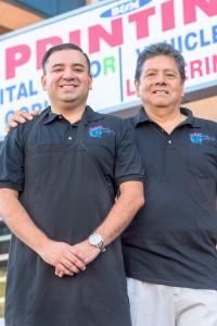 Mario Rolando Lemus junto a su hijo Roberto Carlos Lemus, en las instalaciones de B&M Printing en Canoga Park, California.