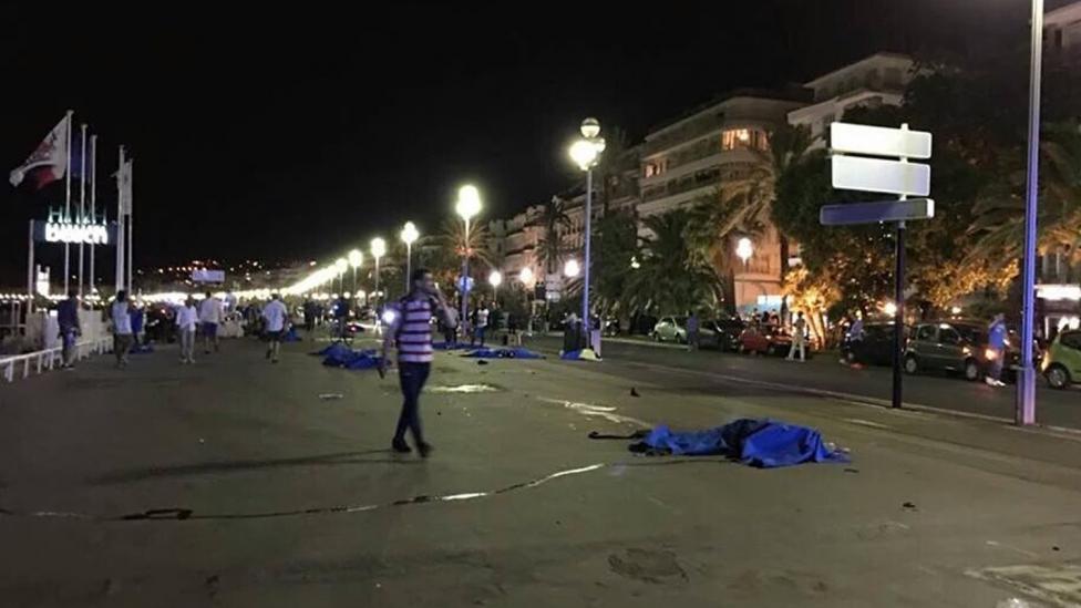 ATENTADO EN FRANCIA: UN CAMIÓN ATROPELLÓ A UNA MULTITUD, HABRÍA AL MENOS 60 MUERTOS
