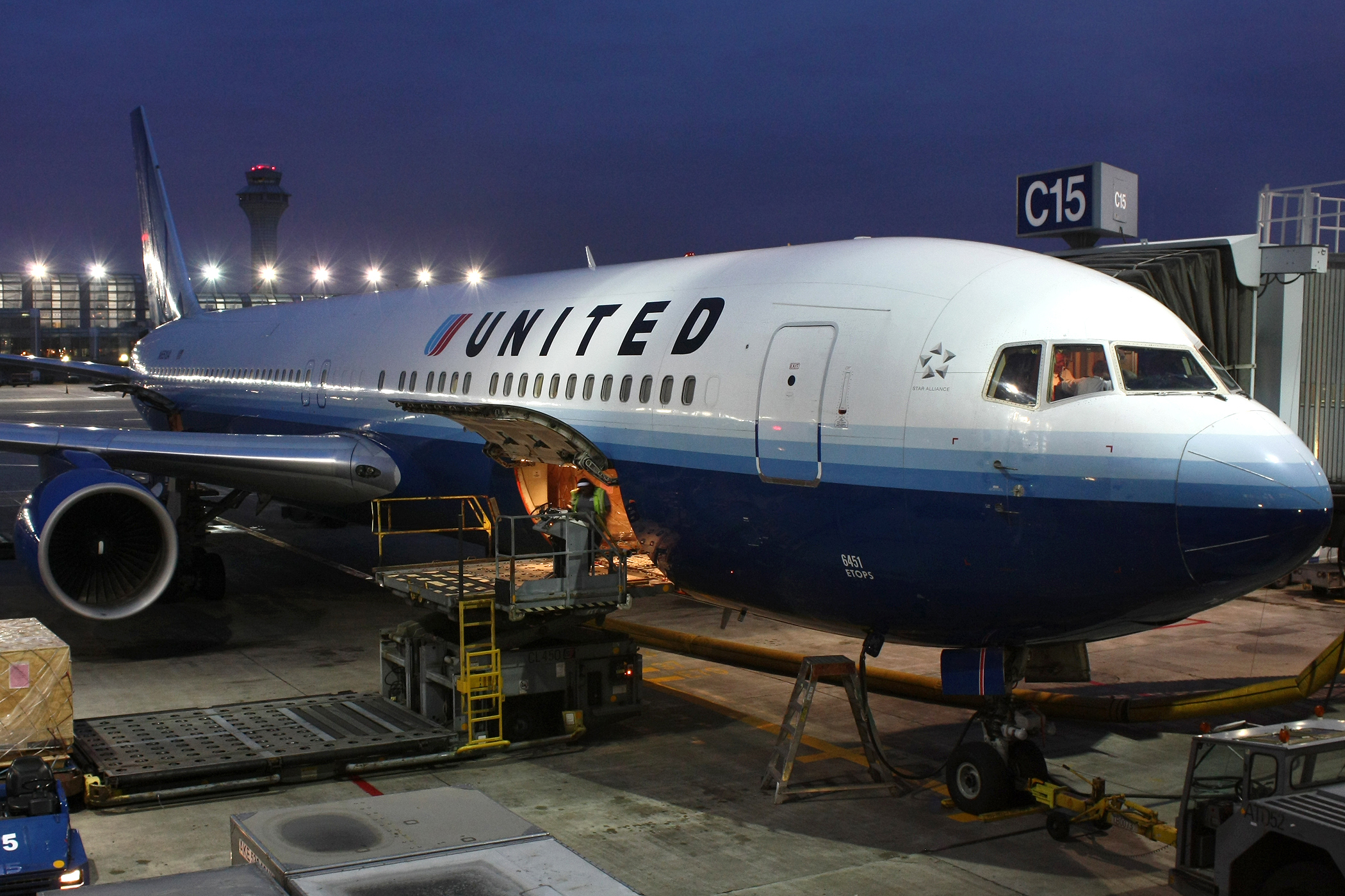 UNITED AIRLINES TOMÓ UNA SABIA DECISIÓN: ¡NO ARRASTRARÁ MÁS A LOS PASAJEROS FUERA DE SUS AVIONES!