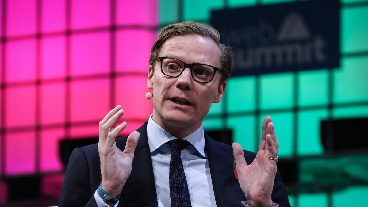 CAMBRIDGE ANALYTICA SUSPENDE A CEO EN MEDIO DE LA INVESTIGACIÓN FEDERAL DE SU USO DE DATOS DE FACEBOOK