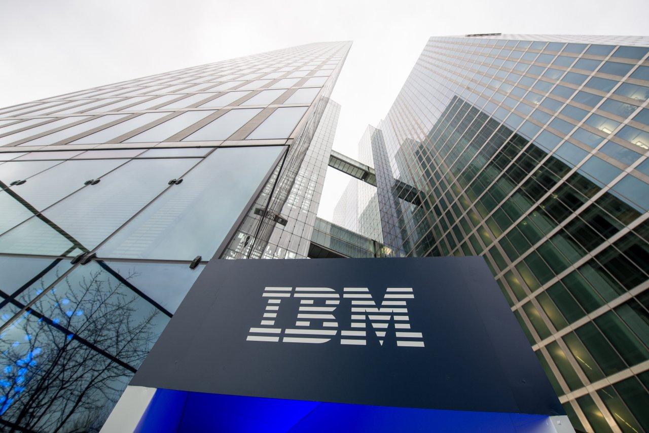 IBM PIERDE ESTIMACIONES DE INGRESOS, LAS VENTAS DE SOFTWARE SON LENTAS