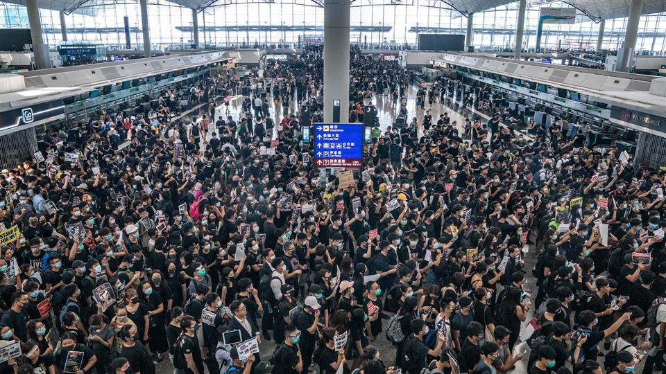 EL AEROPUERTO DE HONG KONG CERRÓ NUEVAMENTE POR PROTESTAS