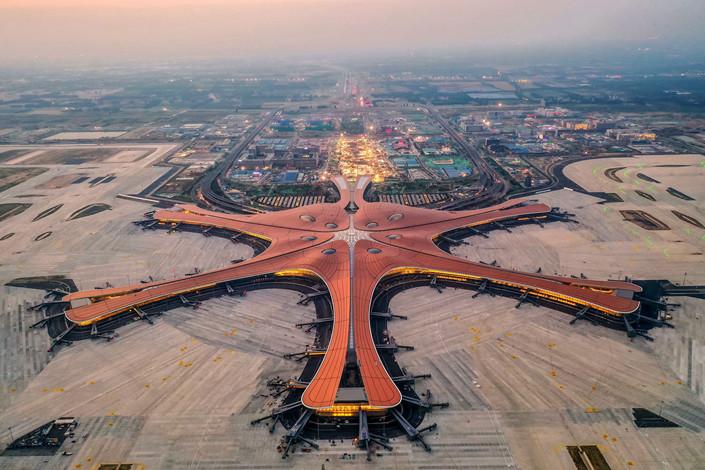 CHINA INAUGURÓ UN IMPRESIONANTE AEROPUERTO PARA RECIBIR 100 MILLONES DE PASAJEROS ANUALES