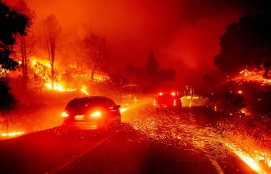 POR LOS DESBASTADORES INCENDIOS EN CALIFORNIA, CORTAN ENERGÍA A CASI 1 MILLÓN DE NEGOCIOS Y HOGARES