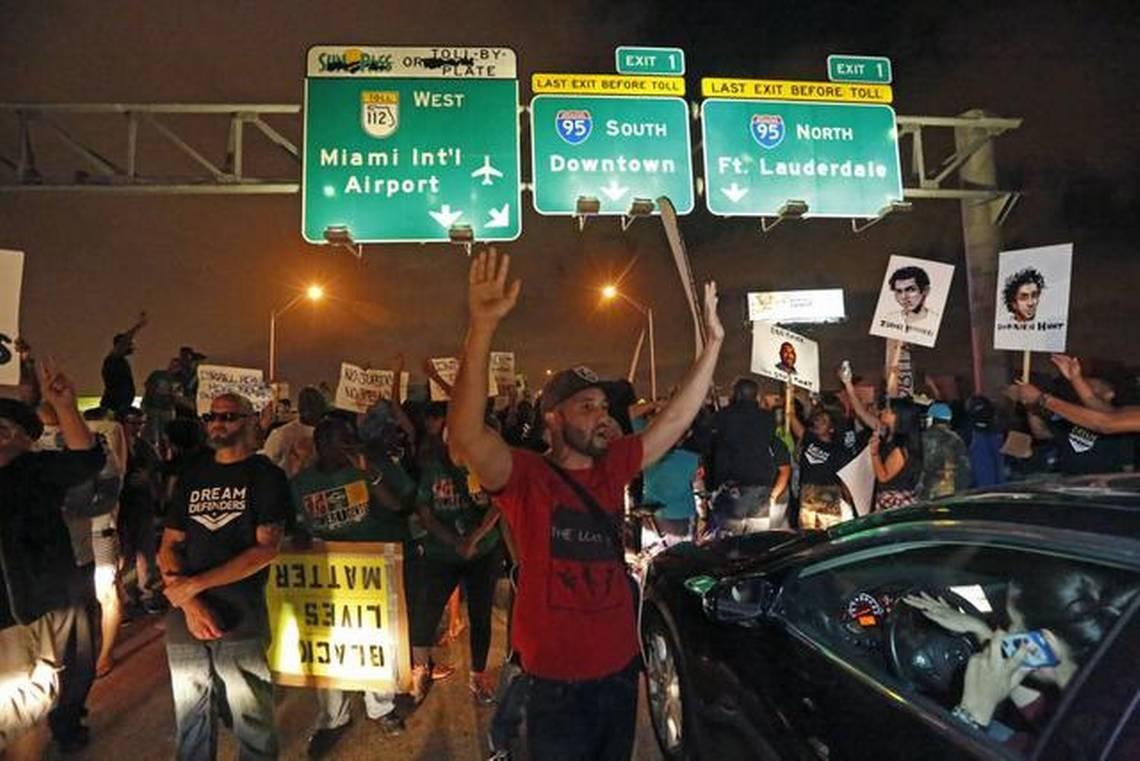 TOQUE DE QUEDA EN MIAMI POR LAS VIOLENTAS PROTESTAS. CIERRAN LA AUTOPISTA I-95